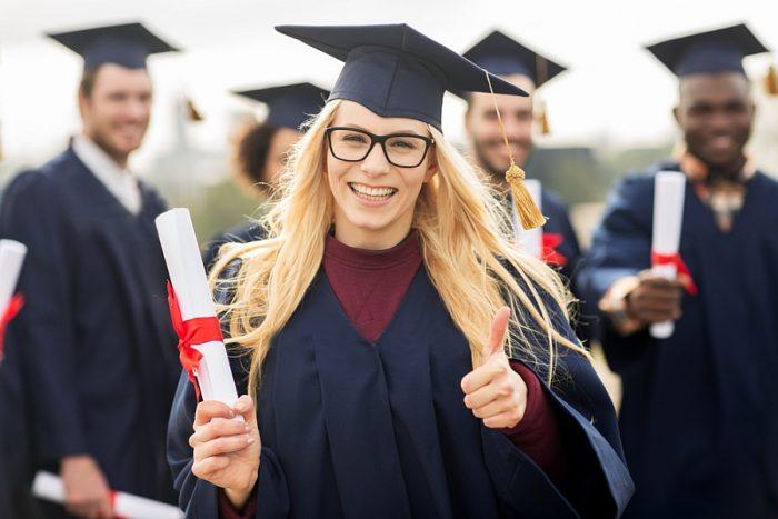 studentka s diplomem na promoci