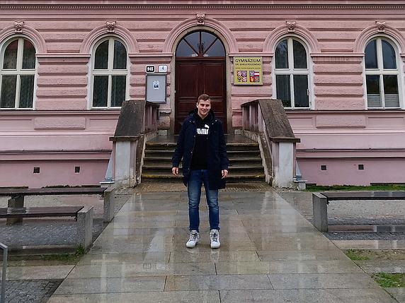 Viktor před svým gymnáziem.