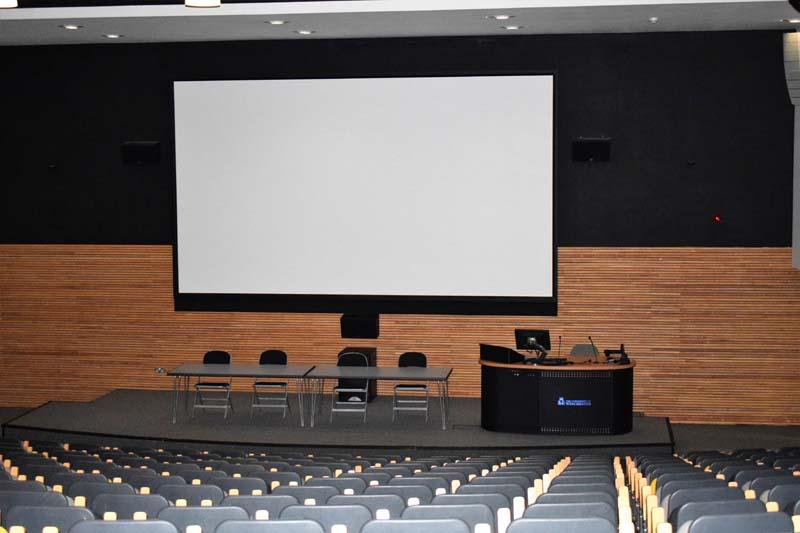 Aula s plátnem, ve které se pořádají přednášky.