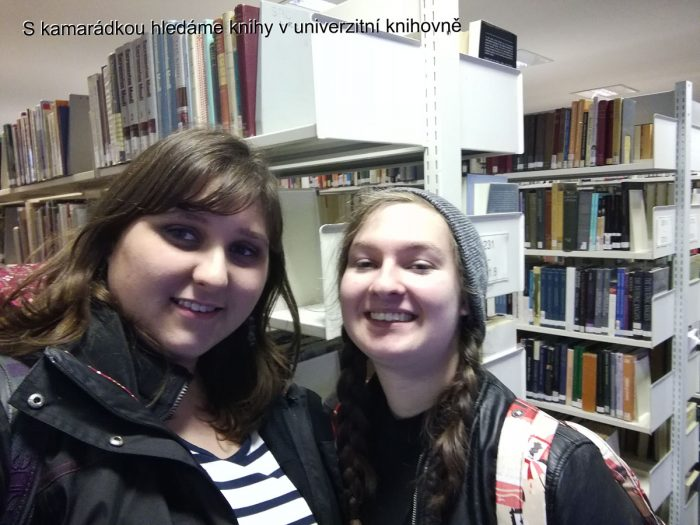 s-kamarádkou-v-knihovně