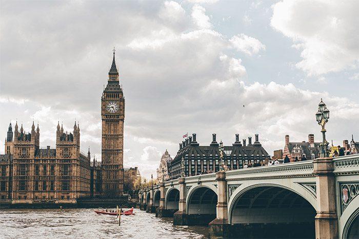 Brexit Londýnský House of Parlament u řeky Temže