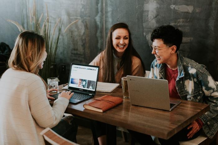 Studentky se učí venku u stolu