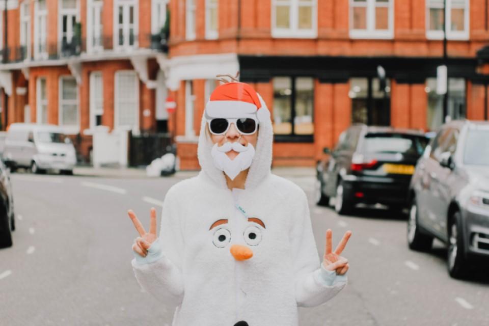 Holka ve vánočním kostýmu