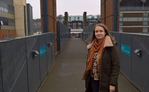 Fotka studentky na mostě ve studentském kampusu